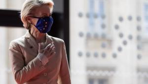 A presidente da Comissão Europeia, Ursula von der Leyen, usa máscara com bandeira do bloco econômico