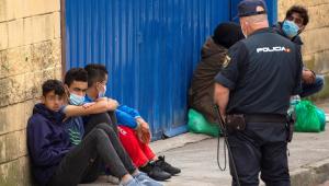 Dentre os migrantes vindos do Marrocos que atravessaram a fronteira com Ceuta, pelo menos 850 eram menores de idade