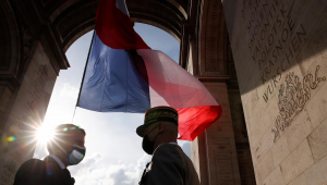Presidente Emmanuel Macron participa de evento no Arco do Triunfo, em Paris