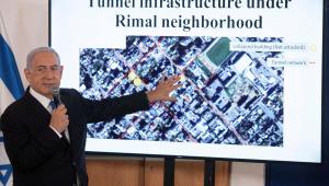 O primeiro-ministro de Israel, Benjamin Netanyahu, gesticulando para um slide-show mostrando um um briefing para embaixadores na base militar de Hakirya em Tel Aviv