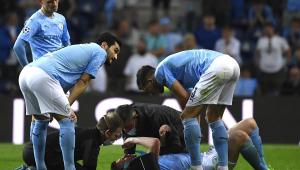 Kevin De Bruyne é atendido no gramado após pancada no rosto