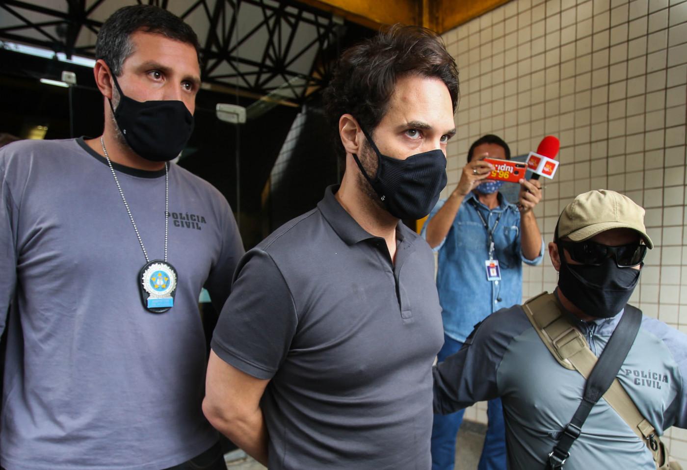 Dr. Jairinho levado pela polícia