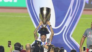 Daniel Alves comemora título do Paulistão com o São Paulo