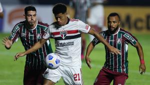 Jogadores de São Paulo e Fluminense disputam bola