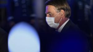 Jair Bolsonaro andando com máscara