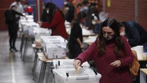 Chilenos votam durante as eleições locais e constituintes em Santiago