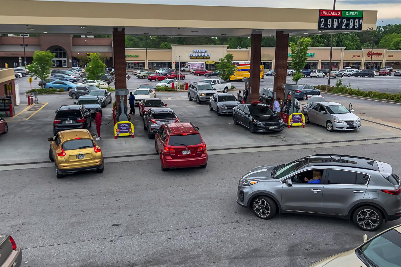 Norte-americanos fazem filas para abastecer seus carros em meio temores de que paralisação da Colonial Pipeline