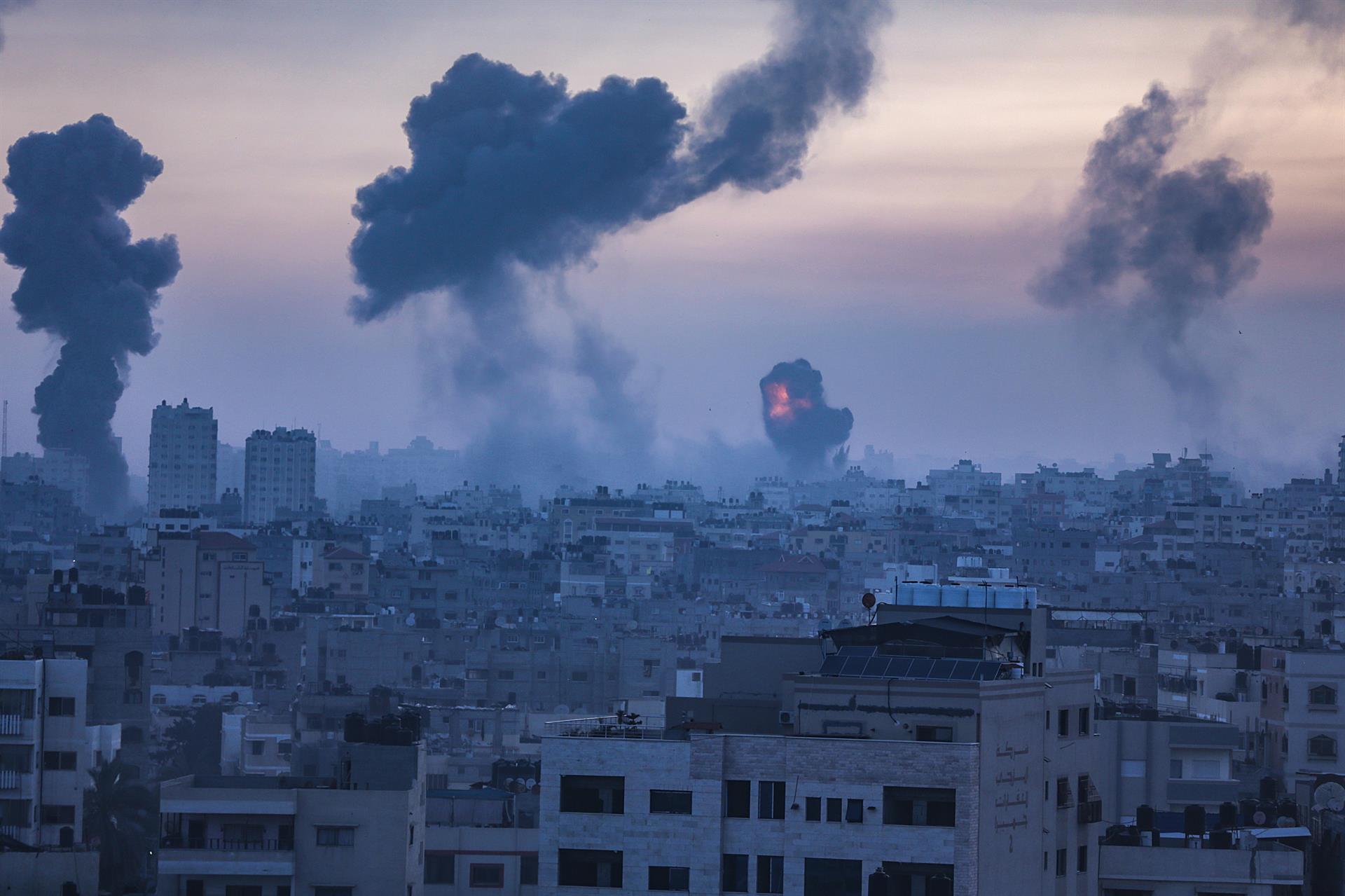 Fumaça e chamas aumentam após um ataque aéreo israelense na Cidade de Gaza nesta quarta-feira, 12