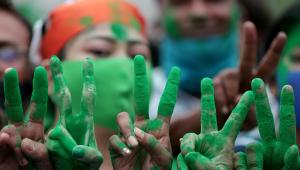 Apoiadores do partido Trinamool Congress (TMC) mostram um sinal de vitória ao celebrar depois de ganhar a maioria absoluta nas eleições para a Assembleia de Bengala Ocidental em Calcutá, Índia