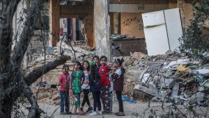 Meninas palestinas brincam entre os escombros das casas de suas famílias destruídas na cidade de Beit Hanoun, norte da Faixa de Gaza