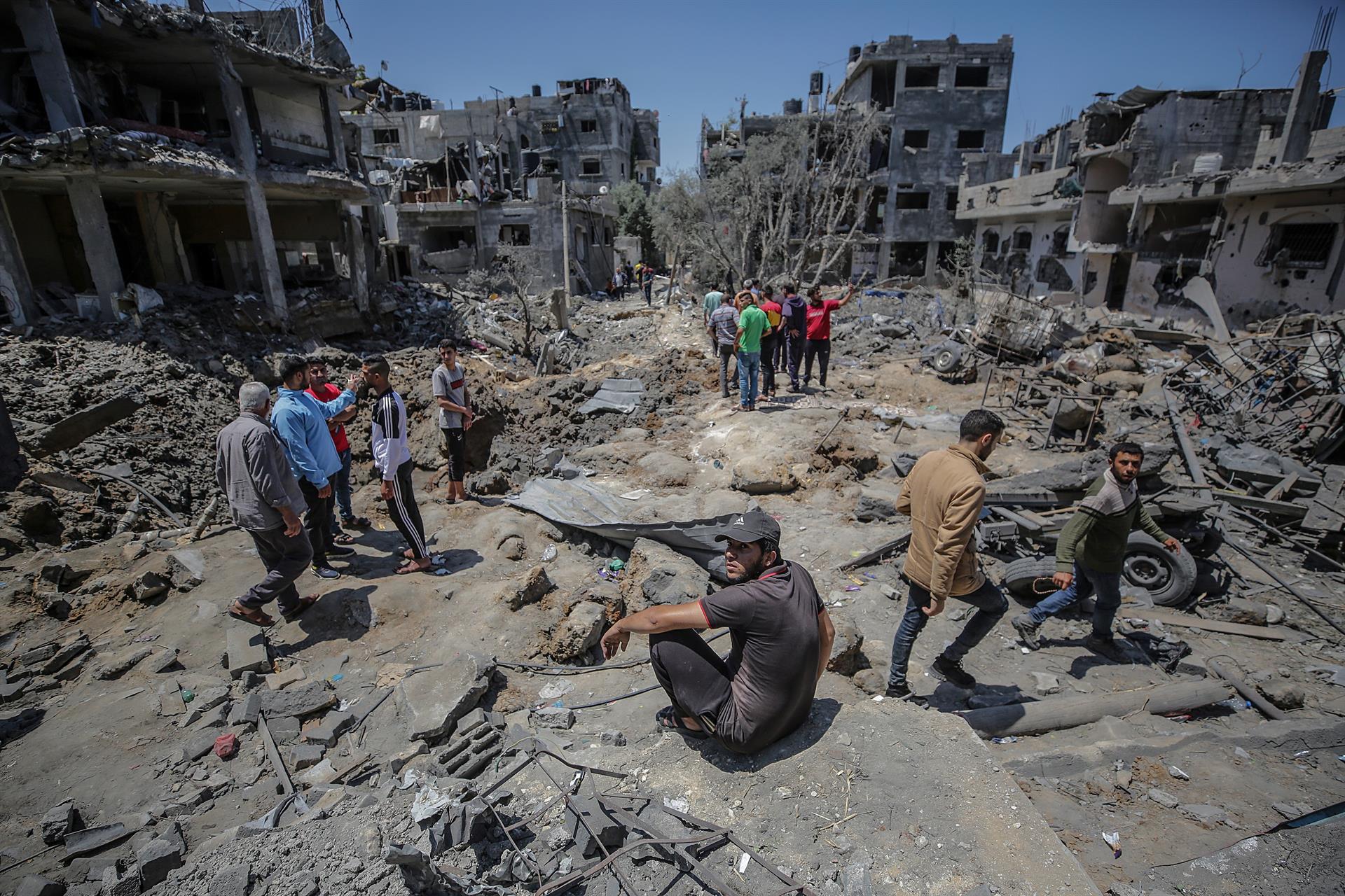 Palestinos inspecionam suas casas destruídas após ataques aéreos israelenses na cidade de Beit Hanun, no norte da Faixa de Gaza, 14