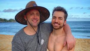Paulo Gustavo e o marido, Thales Bretas, na praia