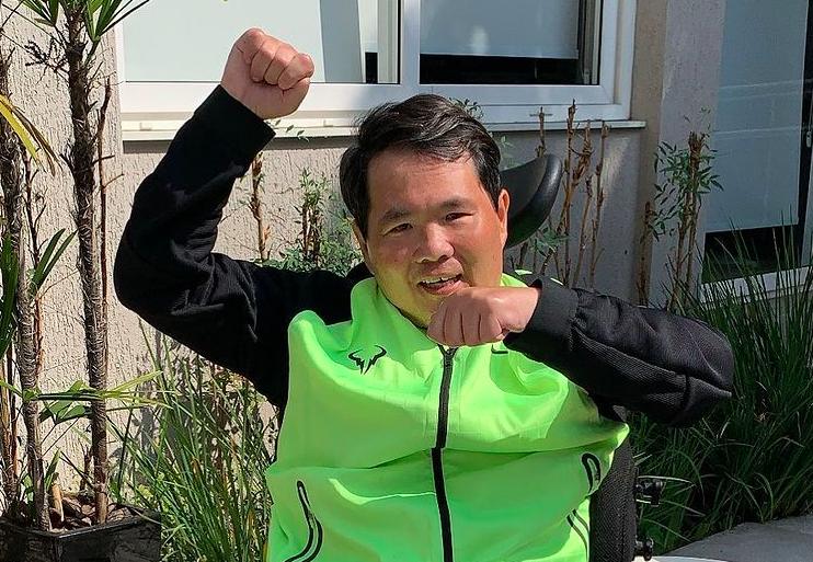 Robinson Shiba, fundador do China in Box, em cadeira de rodas comemorando sua recuperação