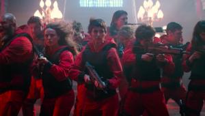 Imagens dos personagens da série 'La Casa de Papel' reunidos com armas na mão