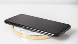 Telefone celular em cima de um carregador de bateria sem fio