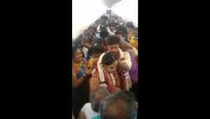 Indianos fretam avião para realizar cerimônia de casamento para 130 convidados