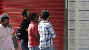 Pessoas em busca de vagas em frente à uma agência de emprego no centro de Campinas, São Paulo