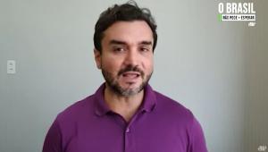 De camisa roxa, o deputado Celso Sabino (um homem branco, de meia idade, cabelo preto ondulado, bigode, cavanhaque) dá depoimento à Jovem Pan
