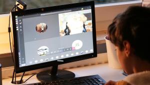 Criança estudando em casa pelo computador