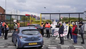 Protestos da torcida do Manchester United na partida contra o Liverpool