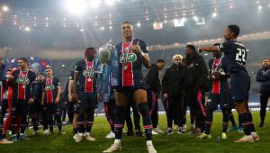 Mbappé posa com a taça da Copa da França