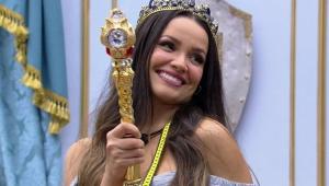 Juliette sorrindo com a coroa do líder na cabeça