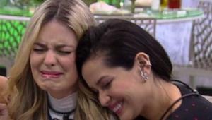 Viih Tube chorando e recebendo abraço de Juliette