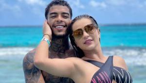 MC Kevin na praia abraçado com a esposa, Deolane Bezerra