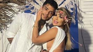 MC Kevin abraçado com Deolane Bezerra no noivado