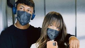 Xamã e Thaís Braz tirando selfie de máscara