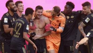 Jogadores do Bayern parabenizando Lewandowski