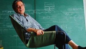 Paulo Mendes da Rocha sentado em uma cadeira