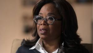 Oprah Winfrey falando com uma feição triste