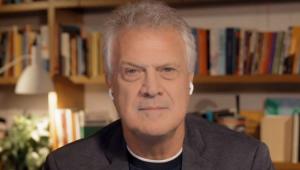 Pedro Bial sério no programa em que apresenta na Globo