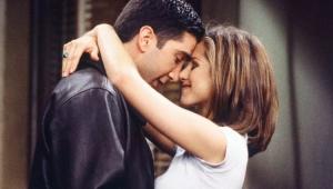 Jennifer Aniston e David Schwimmer como Ross e Rachel abraçados um de frente para o outro