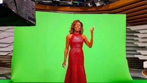 Glória Maria gravando em um estúdio de televisão