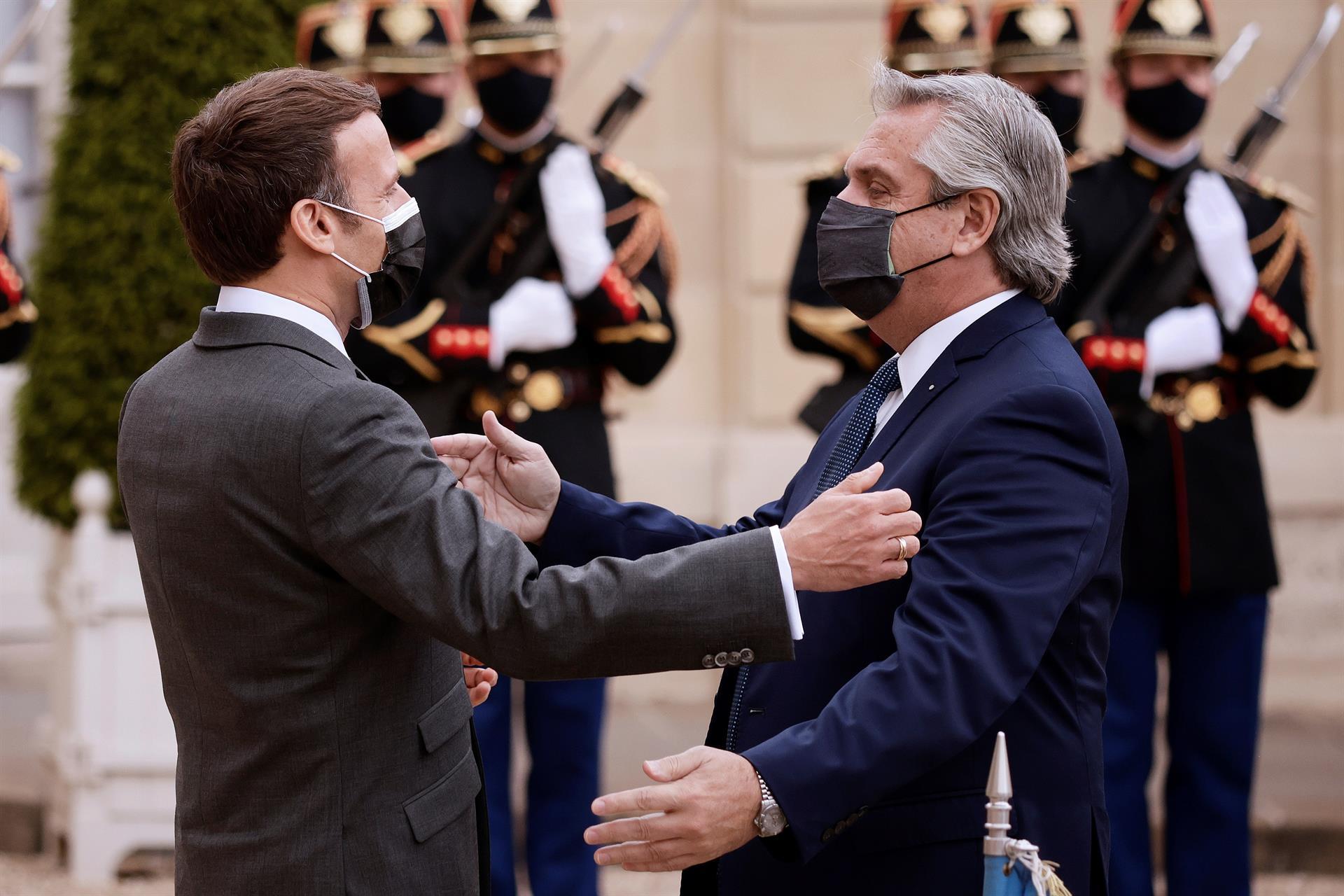 Presidente da França, Emmanuel Macron, cumprimenta presidente da Argentina, Alberto Fernández