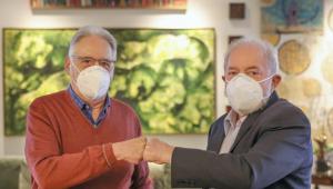 Imagem dos ex-presidentes FHC e Lula de máscara e de cumprimentando com um toque de mão