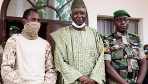 Coronel Assimi Goita (esquerda) posa para foto ao lado do presidente de transição Bah Ndaw (centro) e o coronel Malick Diaw (direita)