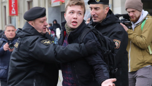 Policiais detêm um jornalista Roman Protasevich que tentava cobrir um comício em Minsk, Bielo-Rússia, 26 de março de 2017