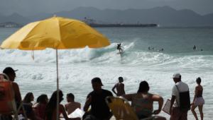 Pessoas aglomeradas em praia