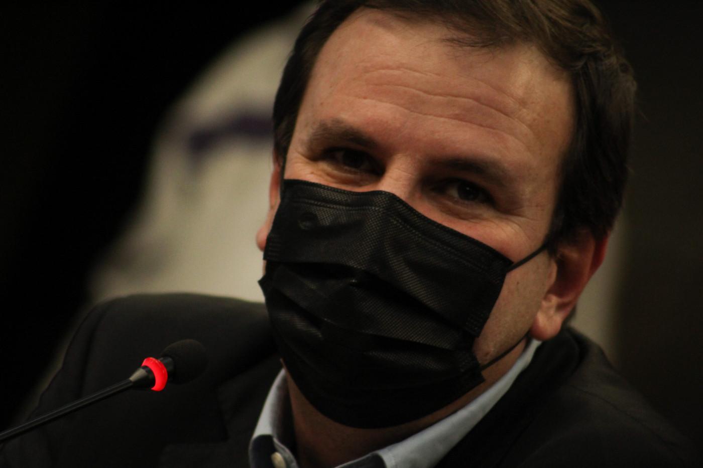 O prefeito do Rio de Janeiro, Eduardo Paes, com máscara durante coletiva de imprensa