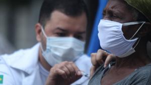 Profissional da saúde aplica vacina contra a Covid-19 em uma mulher idosa