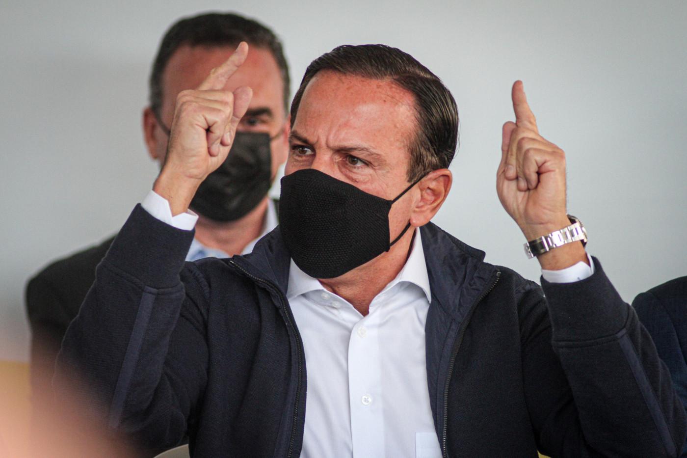 O governador de São Paulo, João Doria, protesta durante pronunciamento de Carla Zambelli