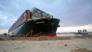 Tripulação do Ever Given, que encalhou no Canal de Suez, está presa a bordo do navio