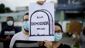 Manifestantes protestam contra destituição de juízes em El Salvador