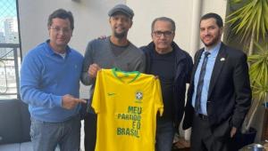 Felipe Melo posou ao lado de Silas Malafaia, Fabio Wajngarten e o cônsul de Israel