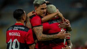 Jogadores do Flamengo se abraçam durante vitória do time