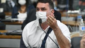 flavio bolsonaro de máscara na CPI da Covid-19