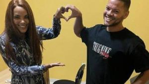 Flordelis e influencer fazendo coração com as mãos